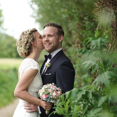 Anstecker und Brautstrauß